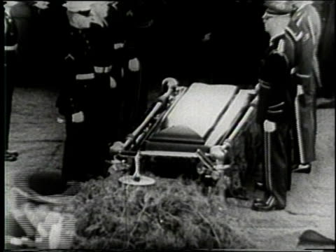 november 25 1963 montage preparing to lower casket at the funeral of john f kennedy at arlington national cemetery / washington dc united states - attentat auf john f. kennedy stock-videos und b-roll-filmmaterial
