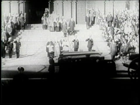 vídeos de stock e filmes b-roll de november 25, 1963 montage the casket of john f. kennedy being carried into st. matthew's cathedral / washington, d.c., united states - carroça puxada por cavalo