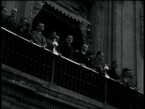 vidéos et rushes de november 26 1931 ha huge crowd in plaza waving flags / mexico city mexico - 1931