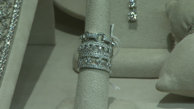stockvideo's en b-roll-footage met november 27, 2009 diamond jewelry in the neiman marcus display / united states - neiman marcus