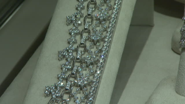 stockvideo's en b-roll-footage met november 27, 2009 diamond jewelry on display in neiman marcus / united states - neiman marcus