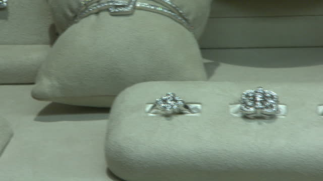 november 27, 2009 diamond jewelry on display in neiman marcus / united states - platinum stock-videos und b-roll-filmmaterial