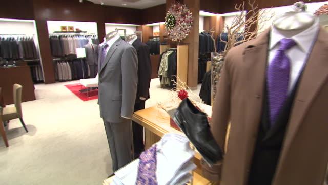 november 27, 2009 men's suits on display in neiman marcus / united states - skåp med glasdörrar bildbanksvideor och videomaterial från bakom kulisserna