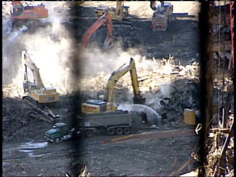 november 6, 2001 earth moving machines digging through rubble at ground zero / new york city, new york, united states - 2001 bildbanksvideor och videomaterial från bakom kulisserna