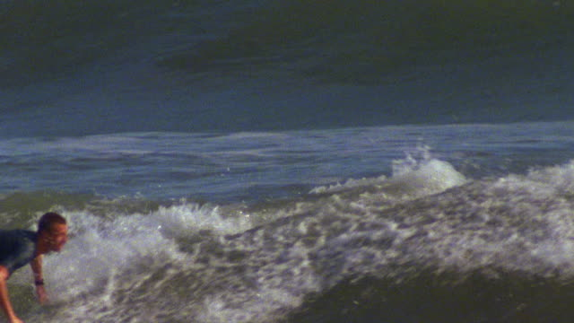 stockvideo's en b-roll-footage met november 6 2007 ts a surfer carving a mellow wave front side - rondrijden