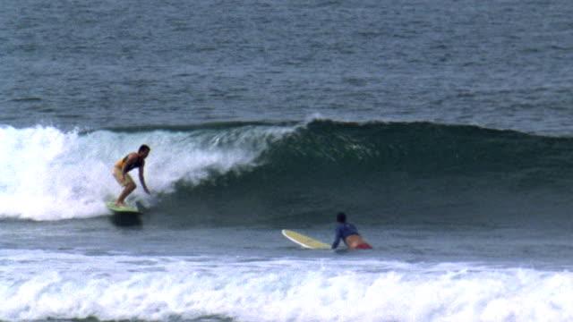 vídeos y material grabado en eventos de stock de november 6 2007 ts a surfer carving a mellow wave on a long board - surf en longobard