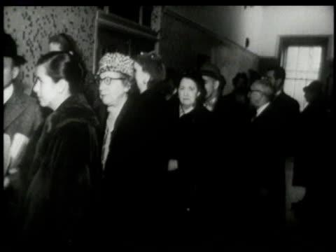 vídeos y material grabado en eventos de stock de november 8, 1960 montage line of people forms to vote in presidential election, as electronic ticker updates results - 1960