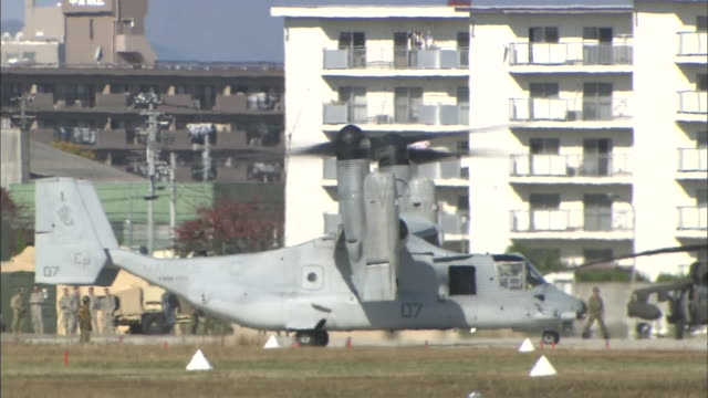 vídeos de stock, filmes e b-roll de november 8 2014 an american military aircraft mv22 called osprey landed at camp kasuminome of japan selfdefense force during the disaster drill... - campo de treinamento militar