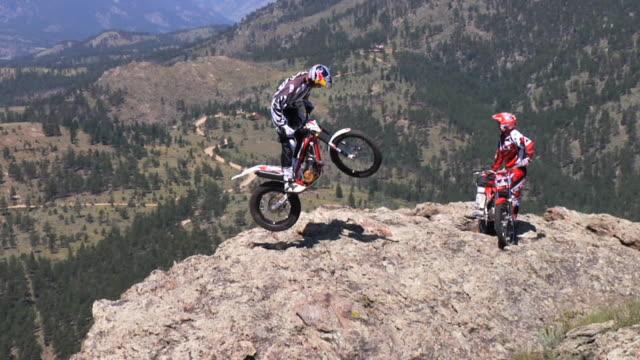 vídeos de stock, filmes e b-roll de november 9, 2009 professional freestyle motocross riders maneuvering over a boulder - boulder rock