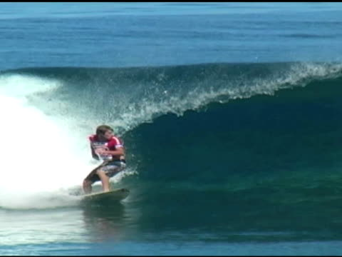 vidéos et rushes de november 9,2009 montage professional surfer riding wave back side and performing back side snaps - format vignette