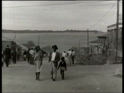 vidéos et rushes de november in 1962 the united nations imposed sanctions on south africa because of its apartheid regime lib johannesburg ext antiaparthied protestors... - expliquer
