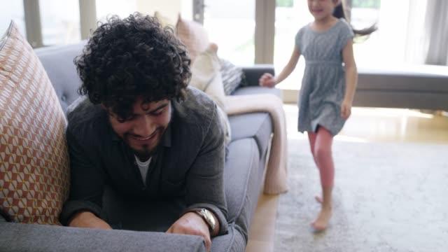 vídeos de stock e filmes b-roll de now this is a pleasant surprise - filha