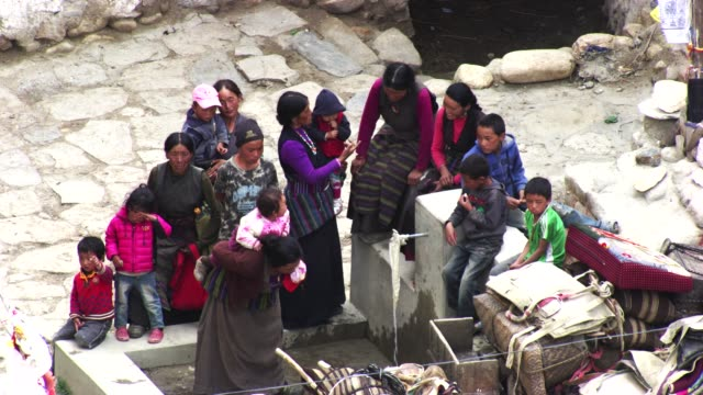 népal : women and children in the village - nepal stock-videos und b-roll-filmmaterial