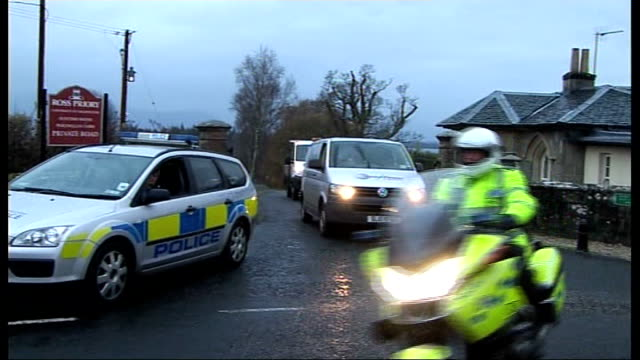vídeos de stock, filmes e b-roll de nr loch lomond police motorcycles and other emergency services vehicles turning at junction police officers and police vehicles at entrance to... - loch