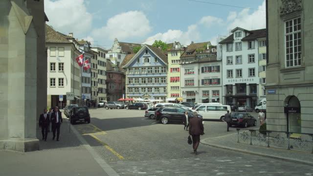 mã¼nsterhof (mã¼nster square) zurich historic city center - städtischer platz stock-videos und b-roll-filmmaterial