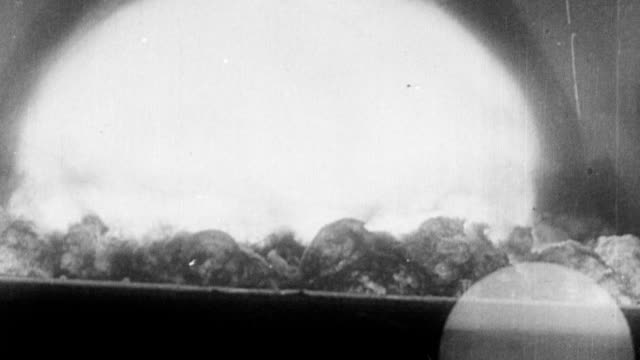 vídeos de stock e filmes b-roll de nuclear bomb exploding over desert first atomic bomb 'trinity' being tested on july 17, 1945 in alamogordo, new mexico - arma nuclear