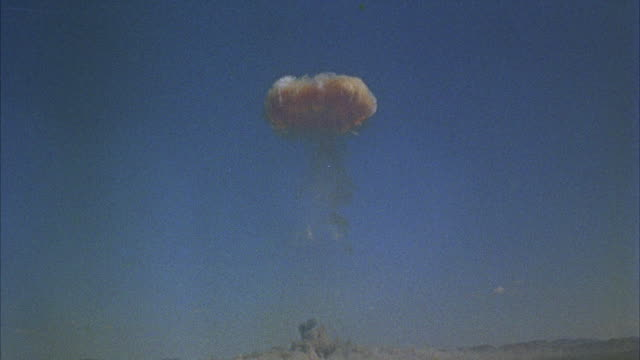ws nuclear bomb explosion with mushroom cloud - nuklearbombe stock-videos und b-roll-filmmaterial