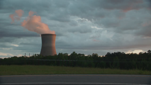 stockvideo's en b-roll-footage met nuclear cooling tower releasing steam into the sky - north carolina amerikaanse staat