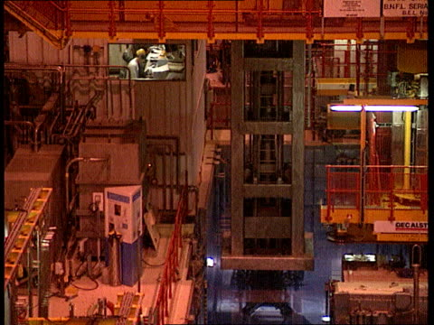 vídeos de stock, filmes e b-roll de sellafield thorp plant lgv roof area of plant tilt down to lower floors with open centre tbv men working tgv plant interior cms side man in hard hat... - cilindro veículo terrestre comercial