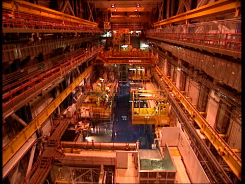 vídeos de stock, filmes e b-roll de nuclear industry job cuts nuclear industry job cuts itn sellafield thorp plant lgv roof area of plant tilt down to lower floors with open centre tbv... - cilindro veículo terrestre comercial