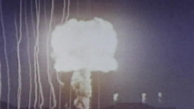 vídeos de stock, filmes e b-roll de a nuclear mushroom cloud - nuvem cogumelo