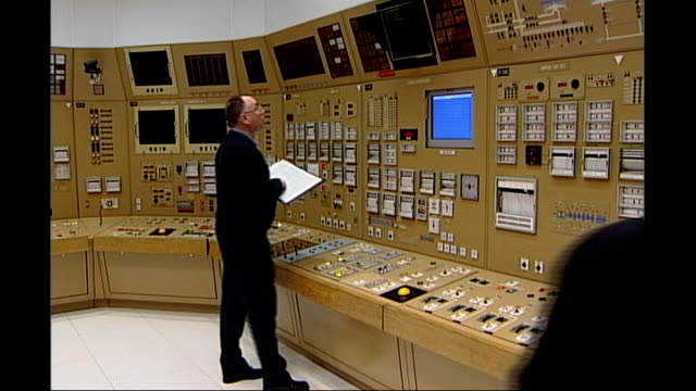 vidéos et rushes de high court rules against government plans; date unknown location unknown: nuclear power plant staff members in control room - salle de contrôle