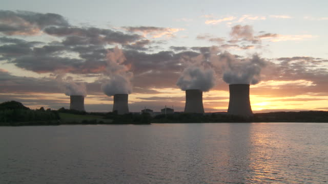 vídeos de stock e filmes b-roll de ws nuclear power plant at dusk at sunset / cattenom, lorraine, france - central de energia nuclear