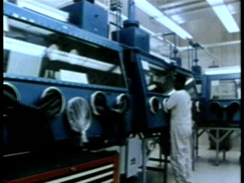 vídeos y material grabado en eventos de stock de 1985 pan nuclear power plant technicians operating radioactive glove boxes audio / usa - cámara de aislamiento con guantes