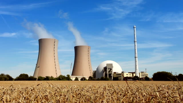 Atomkraftwerk und Weizen Feld-Zeitraffer