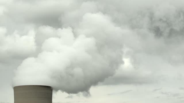 hd atomkraftwerk kühlturm (zeitraffer) - atomkraftwerk stock-videos und b-roll-filmmaterial