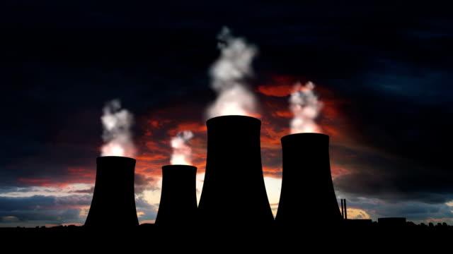 vídeos y material grabado en eventos de stock de central nuclear con humeante torres de refrigeración silueta - energía nuclear