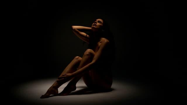 vídeos de stock, filmes e b-roll de corpo nu feminino - sentando