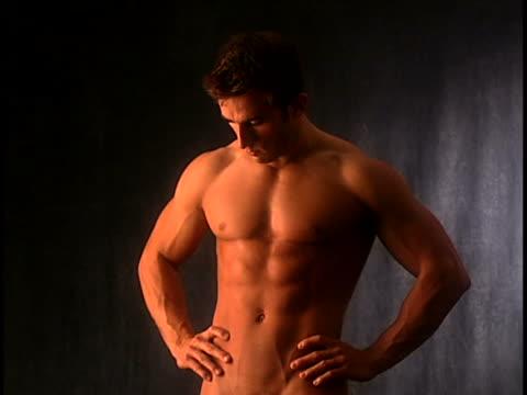 vídeos y material grabado en eventos de stock de nude man - hombres desnudos