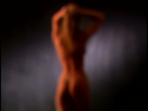 vídeos y material grabado en eventos de stock de nude woman - foco difuso