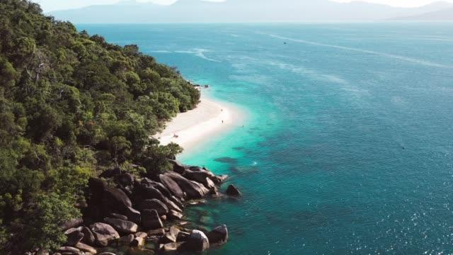 vídeos de stock, filmes e b-roll de nudey beach drone footage - fitzroy island