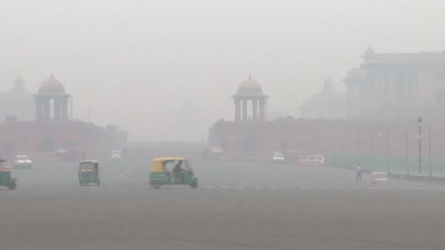 nueva delhi amanecio el jueves sumergida en una espesa niebla toxica tras el lanzamiento de miles de fuegos artificiales por la fiesta hindu de las... - air pollution stock videos & royalty-free footage