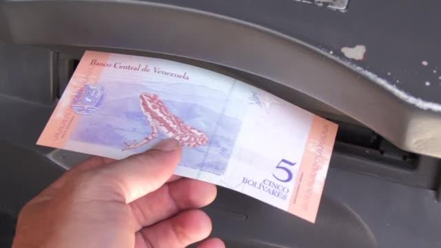vídeos y material grabado en eventos de stock de nuevos billetes que restan cinco ceros al bolivar entraron en vigencia el lunes en venezuela primera medida de un cuestionado plan de reformas del... - accesorio financiero