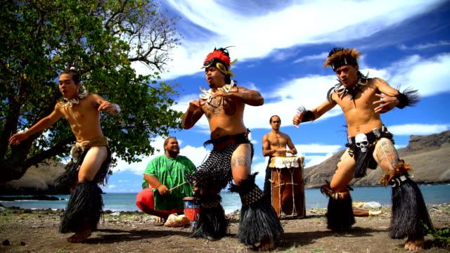 nuku hiva native dancers performing on beach marquesas - polinesiano video stock e b–roll