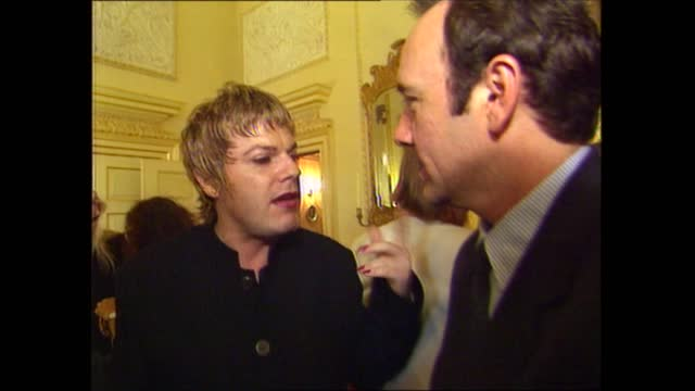 vídeos de stock e filmes b-roll de number 10 showbiz party interiors; england: london: westminster: downing street: int gvs of tony blair mp chatting with ross kemp press taking... - lenny henry