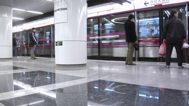 vídeos de stock, filmes e b-roll de ws number 13 subway train pulling into station/ beijing, china - estação de metrô