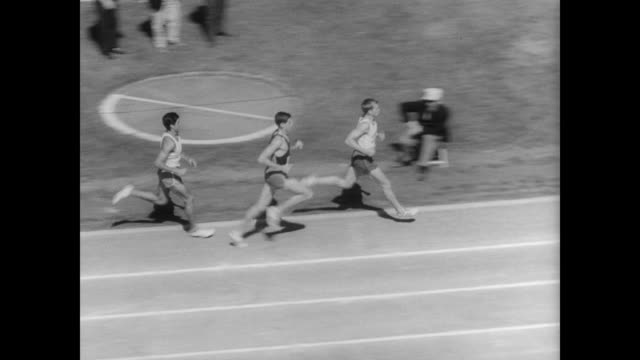 number 2 runner lining up on the track / crowd applaud as race begins / number 2 jim ryun wins / standing ovation from crowd / ryun, now in sweats... - 1966年点の映像素材/bロール