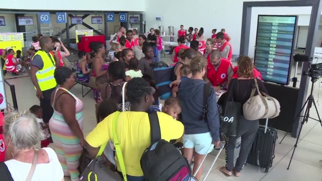 vídeos de stock e filmes b-roll de a number of hurricane victims from the island of saint martin were evacuated by plane to guadeloupe on saturday most of them women and children - territórios ultramarinos franceses