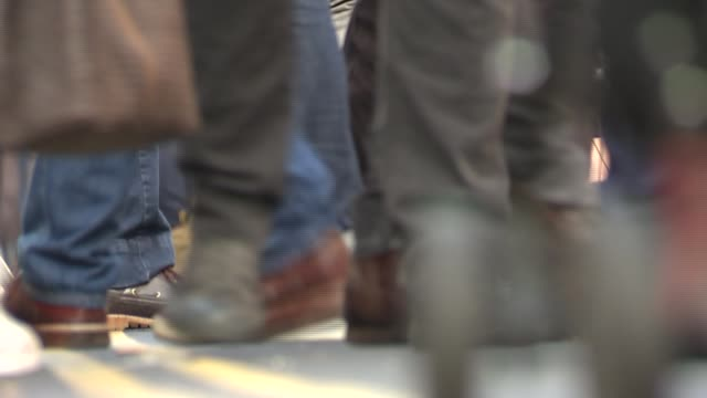 vídeos de stock, filmes e b-roll de number of modern slavery victims in britain are five times greater than in 2011 england london ext people on street feet on busy street reporter to... - escravidão