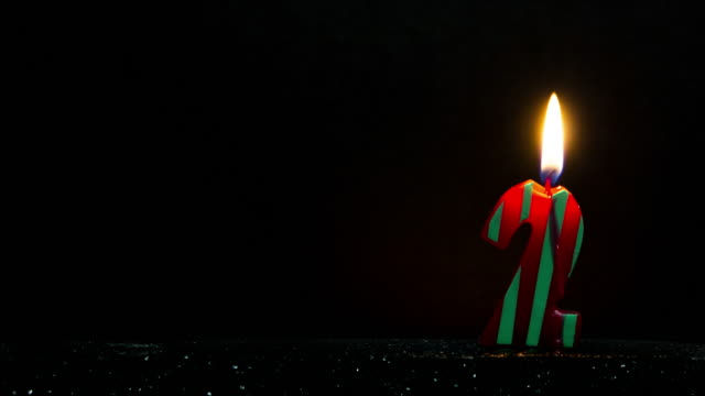 stockvideo's en b-roll-footage met number shaped colorful candle burning - getal 2