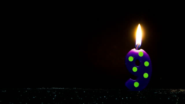 stockvideo's en b-roll-footage met number shaped colorful candle burning - stippen
