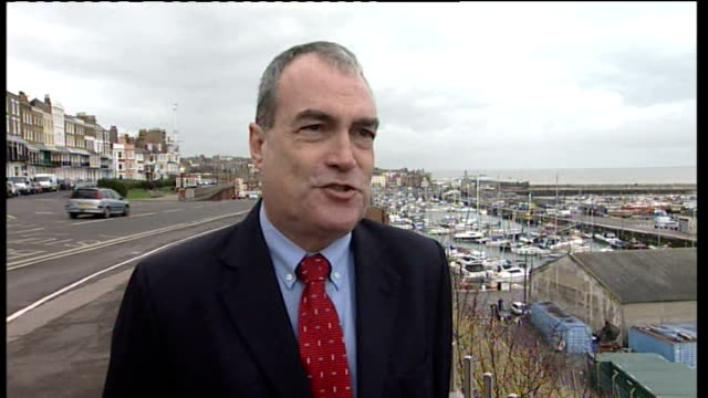 vídeos de stock e filmes b-roll de numbers of motorists using mobile phones whilst driving on the rise ramsgate stephen ladyman mp interview sot - ramsgate