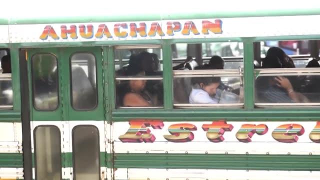 stockvideo's en b-roll-footage met numerosos autobuses circulaban este viernes en el salvador a pesar del boicot de las violentas pandillas al transporte publico en el pais - transporte