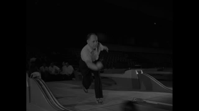 vídeos de stock, filmes e b-roll de numerous bowlers during play at american bowling congress tournament at the chicago coliseum - sapato de boliche