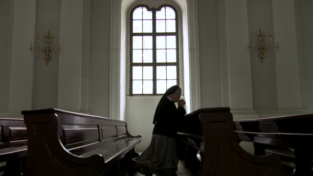 ms zi nun praying in church / dresden, saxony, germany - ひざまずく点の映像素材/bロール
