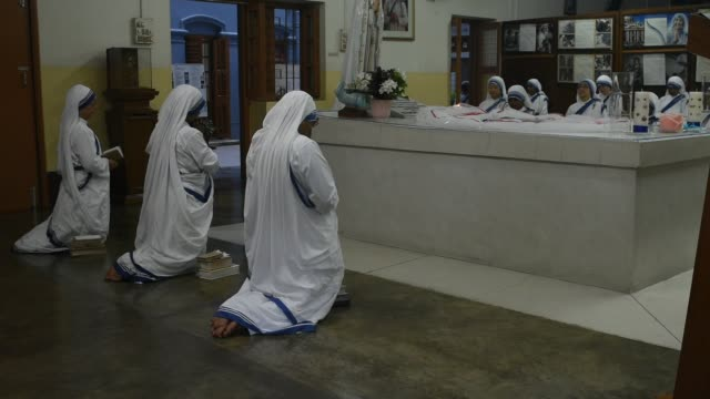 nuns of missonaries of charity order of mother teresa of kolkata and devotees joined in prayer in rememberance of saint teresa on her 23rd death... - echtzeit stock-videos und b-roll-filmmaterial